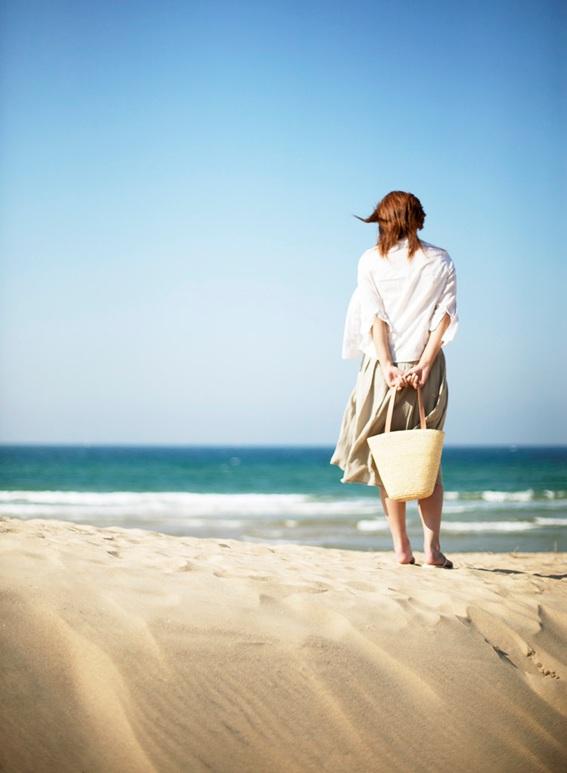 砂浜と女性.jpg